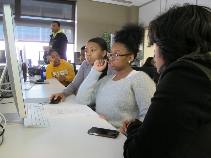 Kenwood Academy students work in the CSIL computer lab on Brain Awareness Day. Photo by RCC.